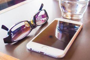 デジタルサイネージ コンテンツ スマフォとメガネ
